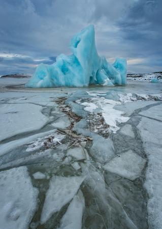 Beroemde Fjallsarlon-gletsjer en lagune met ijsbergen die op bevroren water zwemmen.