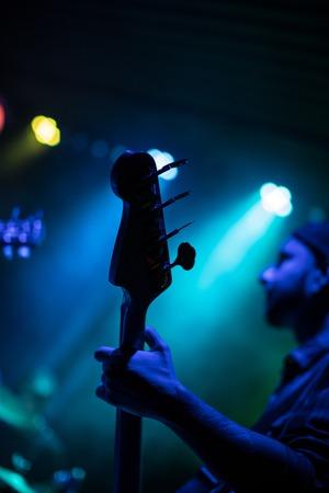 Guitarrista tocando la guitarra eléctrica. Escenario de concierto de rock Foto de archivo - 92998903