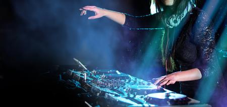 Dj mixe la piste dans la discothèque lors d'une fête, gros plan. Banque d'images