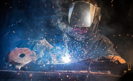 Lasser die bij het fabrieks gemaakte metaal, close-up werkt. Stockfoto