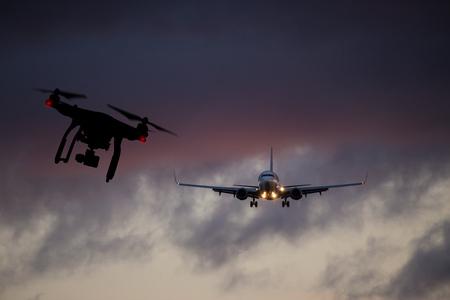 Drone che vola vicino a un aereo commerciale, pericolo di collisione. Archivio Fotografico