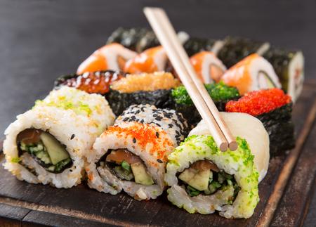 Sushi japonés sobre fondo negro, primer plano.