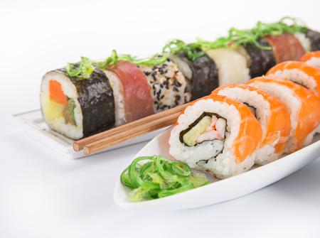 Sushi japonés sobre fondo blanco, primer plano.