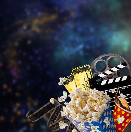 Pop-corn, movie tickets, clapperboard and other things in motion. Cinema concept. Foto de archivo - 97599513