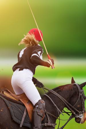 Polo femme équitation sur un cheval Banque d'images - 98147221