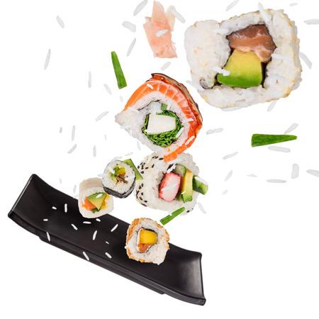 Traditionelle japanische Sushi-Stücke auf rustikalem konkretem Hintergrund Standard-Bild - 99161459