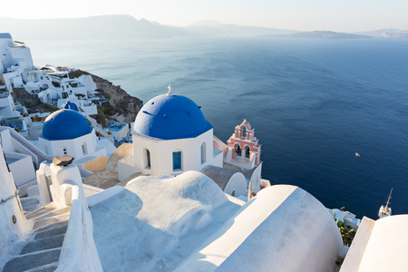 Sunrise view of the blue dome churches of Santorini, Greece. 免版税图像