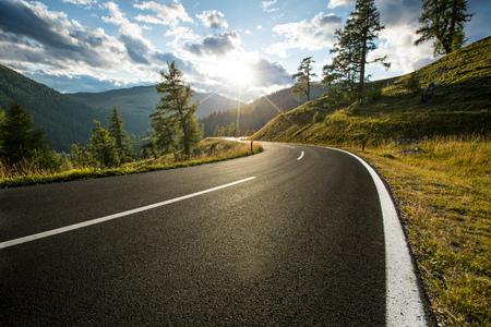 Asfaltowa droga w Austria, Alps w letnim dniu.