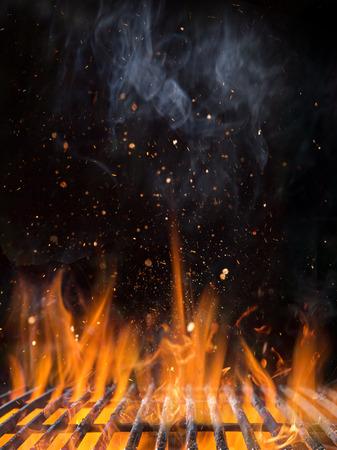 Vacíe la parrilla de carbón llameante con fuego abierto. Foto de archivo