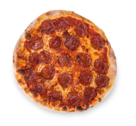 Leckere Pizza mit Sucuk Salamy auf weißem Hintergrund.