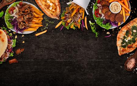 Ansicht von oben nach unten auf traditionelle türkische Mahlzeiten auf schwarzem Steintisch. Nahaufnahme.