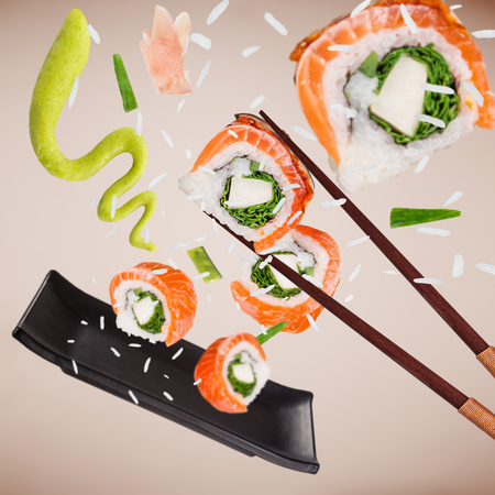 Pieces of delicious japanese sushi frozen in the air. Standard-Bild - 102435901