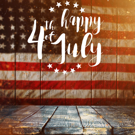 Inscripción feliz 4 de julio con la bandera de Estados Unidos.