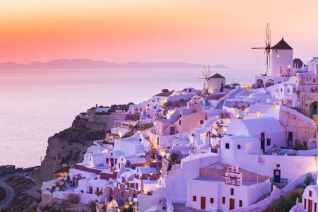 The famous sunset at Santorini in Oia village 版權商用圖片