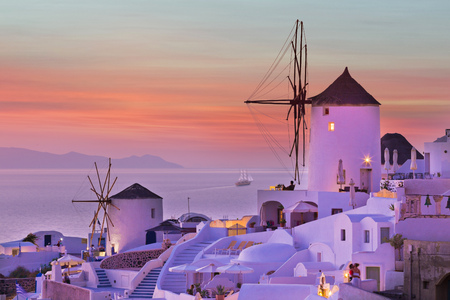 The famous sunset at Santorini in Oia village 免版税图像