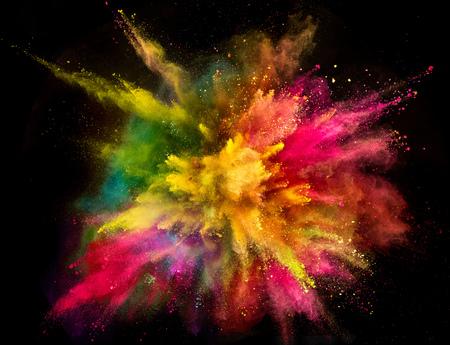 Farbige Pulverexplosion auf schwarzem Hintergrund.