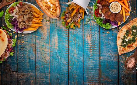 Vista de arriba hacia abajo sobre comidas tradicionales turcas en mesa de madera vintage. De cerca. Foto de archivo