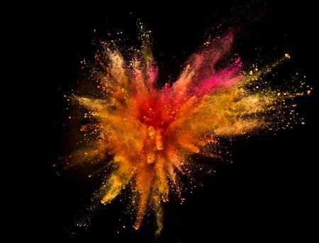 Explosión de polvo de color aislado sobre fondo negro. Congelar el movimiento. Foto de archivo - 103234218