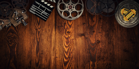 Koncepcja kina starych rolek filmowych, clapperboard i projektora.