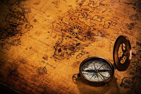 Alte alte Navigationsausrüstung auf alter Weltkarte.