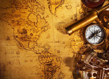 Antiguo equipo de navegación vintage en el mapa del viejo mundo.