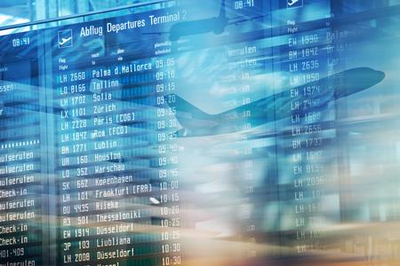 Tablero de salidas de información de vuelos en la terminal del aeropuerto. Foto de archivo