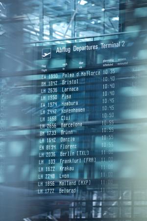 공항 터미널에서 항공편 정보 출발 보드.