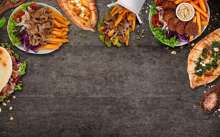 Vista de arriba hacia abajo sobre las comidas tradicionales turcas en la mesa de piedra negra. Foto de archivo