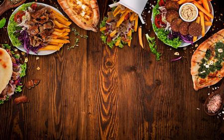 Ansicht von oben nach unten auf traditionelle türkische Mahlzeiten auf Vintage-Holztisch.