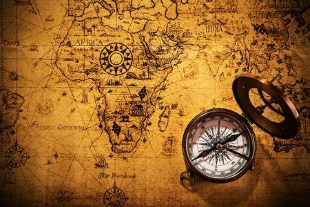 Vecchie apparecchiature di navigazione vintage sulla vecchia mappa del mondo.