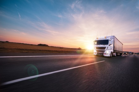 Vrachtwagen met container onderweg, vrachtvervoer concept.