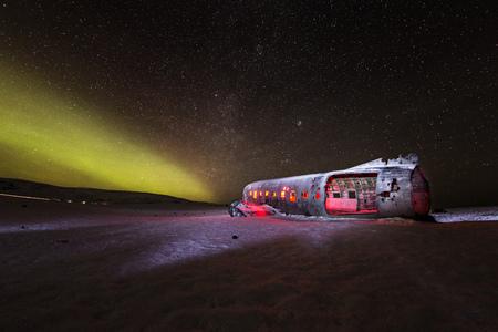 Wrak samolotu Solheimasandur z aktywnymi światłami północy, Islandia. Zdjęcie Seryjne
