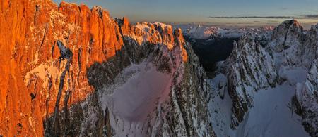 Beautiful autumn landscape in the Dolomites mountains. Standard-Bild