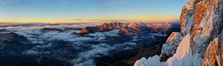 Schöne Herbstlandschaft in den Dolomiten. Standard-Bild