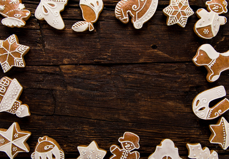 Christmas homemade gingerbread cookies on old wooden table. Standard-Bild