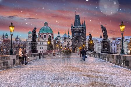 Puente histórico famoso de Charles en la mañana del invierno, torre del puente de la ciudad vieja, Praga, República Checa.