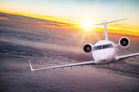 Klein privévliegtuig dat boven prachtige wolken vliegt. Stockfoto