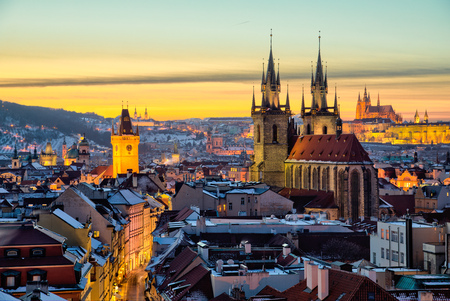 Vue panoramique sur la vieille ville et le temple de Tyn à Prague.
