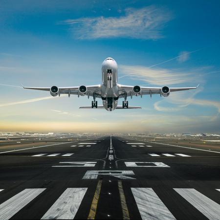 Avion décollant de l'aéroport.