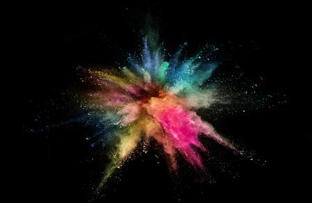 Gekleurde poederexplosie op zwart