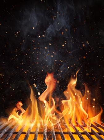 Vacíe la parrilla de carbón llameante con fuego abierto.