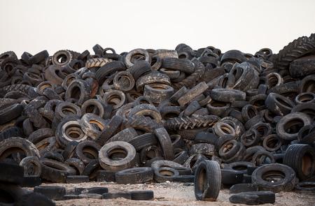 Alte Reifen verschmutzen die Natur