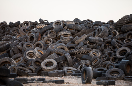 Neumáticos viejos contaminando la naturaleza