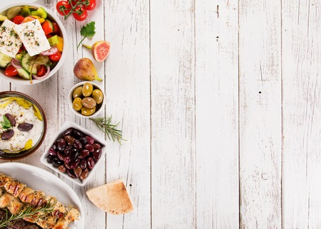 Fondo de comida griega. Platos tradicionales griegos diferentes, vista superior. De cerca