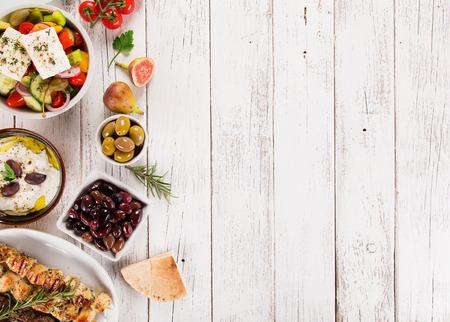 Sfondo di cibo greco. Piatti greci diversi tradizionali, vista dall'alto. Avvicinamento