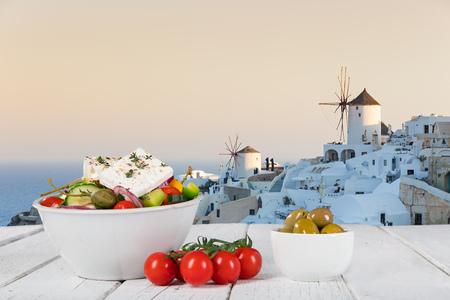 Fondo de comida griega. Diferentes platos tradicionales griegos. De cerca