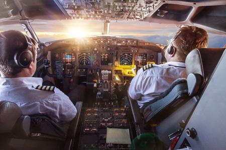 Piloten im Cockpit während eines Fluges mit Verkehrsflugzeug.