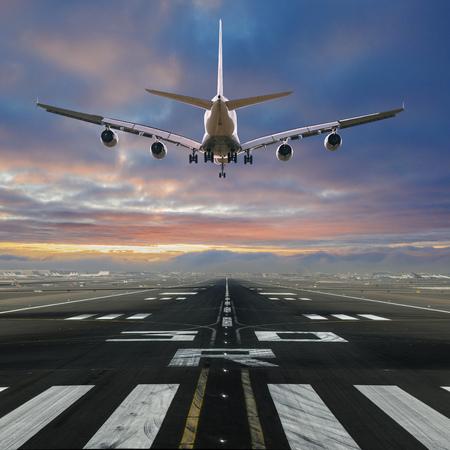Avión aterrizando en el aeropuerto.