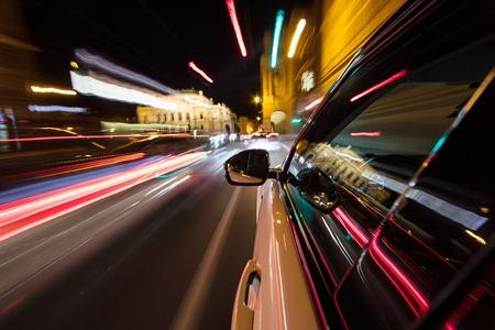Voiture roulant à grande vitesse dans une ville de nuit. Banque d'images