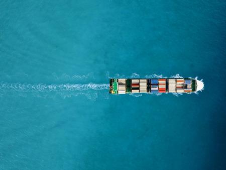 Buque portacontenedores en exportación e importación. Carga de envío internacional.